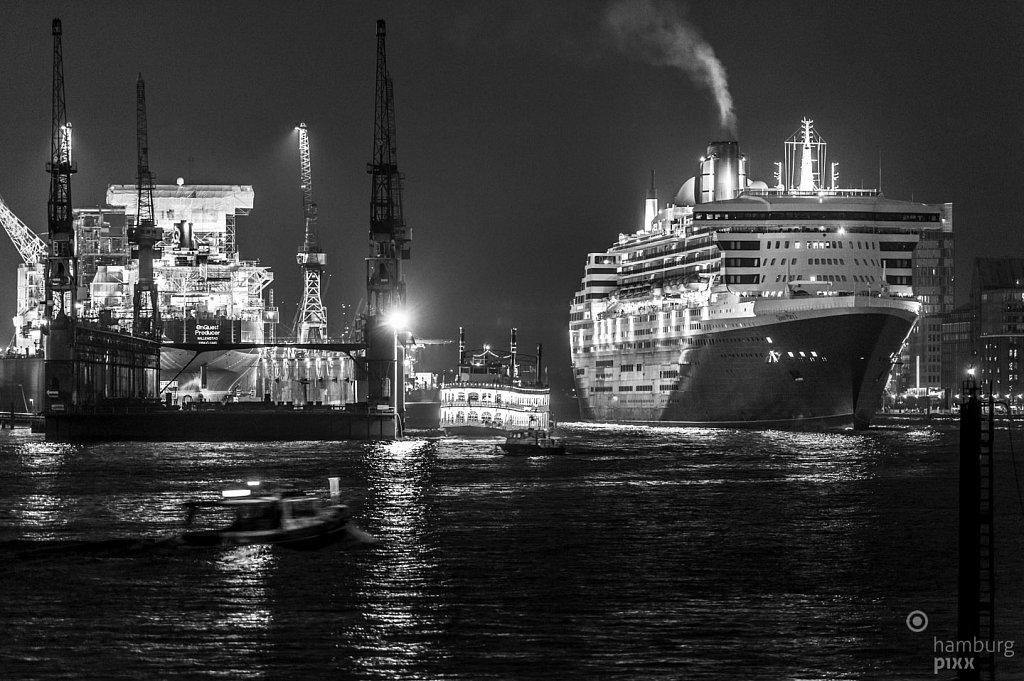 Queen Mary 2 läuft ein