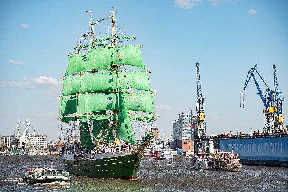 Die Alexander von Humboldt II  bei der Auslaufparade vom Hafengeburstag